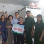 Hội Cựu TNXP Quận Phú Nhuận tặng quà hội viên.